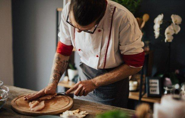 Kucharz krojący mięso